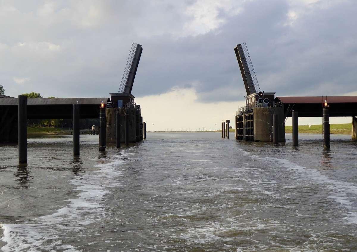 Oste-Sperrwerk Brückenöffnungen/Bridge openings - Navinfo bei Balje
